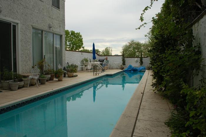 Tillotson kitchen and poolside garden DSC_1602